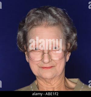Porträt einer älteren Frau mit Brille - Stockfoto