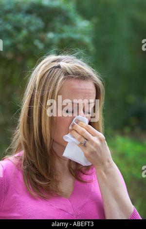 Eine junge Dame, die unter Heuschnupfen leiden - Stockfoto