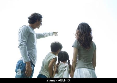Familie ständigen Blick auf Himmel, Rückansicht, niedrigen Winkel Ansicht - Stockfoto