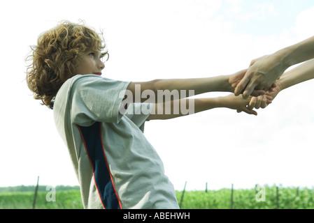 Hand in Hand mit Mutter, junge beschnitten Ansicht - Stockfoto