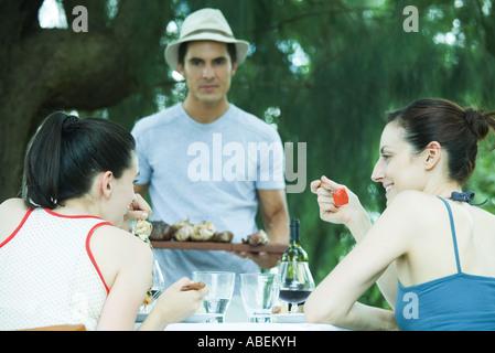 Familie im Freien zu essen - Stockfoto