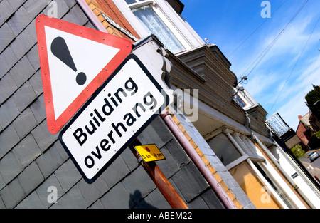 Gebäude Überhang Zeichen in Rhayader Powys Mid Wales UK - Stockfoto