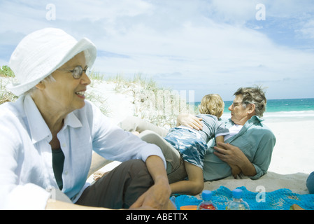 Familie entspannend am Strand - Stockfoto