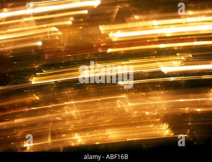 Lichter am Weihnachtsbaum mit Kamerabewegung verschwommen - Stockfoto