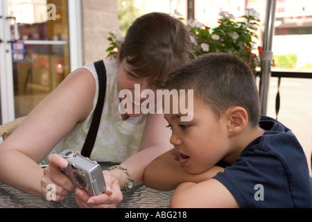 Frau zeigt Bild auf digitale Kamera-LCD für sechs Jahre alter Junge - Stockfoto