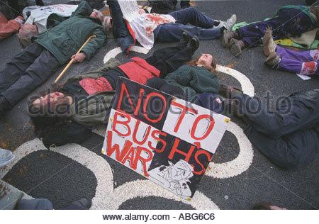 Anti-Kriegs-Demonstranten inszenieren Sie ein sterben in in Whitehall protestieren gegen drohenden Krieg im Irak - Stockfoto