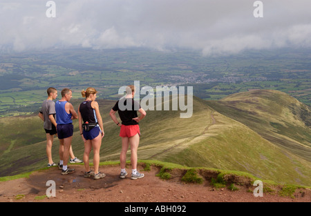 Vier fiel Läufer auf dem Gipfel des Pen y Fan in Brecon Beacons Powys Wales Großbritannien - Stockfoto