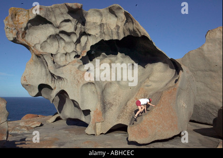 Urlauberin klettert auf Remarkable Rocks im Flinders Chase Nationalpark in Kangaroo Island in Südaustralien - Stockfoto