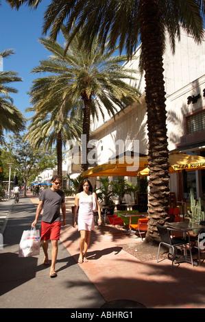 Paar ist Fuß entlang am Lincoln Road Mall South Beach M Iami einkaufen - Stockfoto