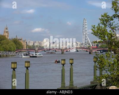 Blick auf den Fluss von London aus Lambeth Bridge gegenüber dem Parlament und dem London Eye - Stockfoto