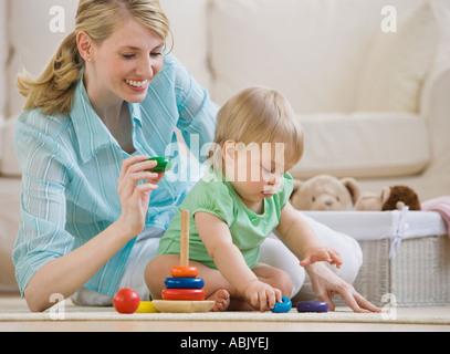 Mutter und Kind spielen am Boden - Stockfoto