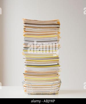 Großen Stapel von Papieren im Drahtkorb - Stockfoto