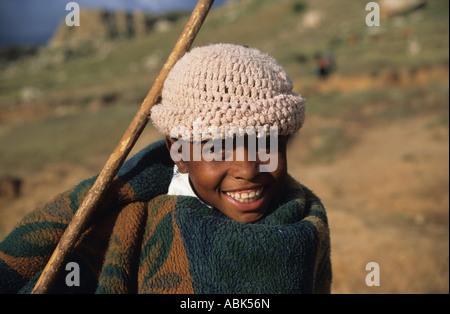 Basotho Herde boy in eine Decke in den gebirgigen Königreich Lesotho, Südafrika gewickelt - Stockfoto