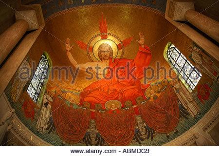 Mosaik von Jesus oben und hinter dem Hauptaltar am National Shrine der Unbefleckten Empfängnis in Washington, D.C. - Stockfoto