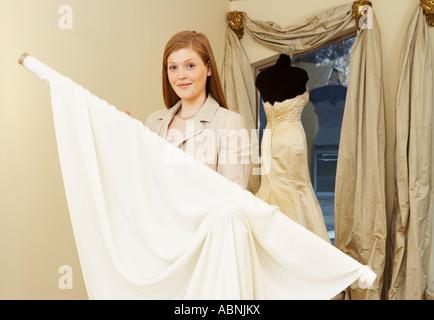Porträt der Frau in der Braut Boutique