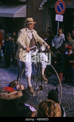 Mit dem Hochrad Fahrrad in die jährliche parade Karneval von Verona Italien - Stockfoto