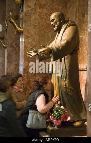 Pater Pio, San Giovanni Rotondo, Apulien Italien 2006. Gargano Region. Pilger zu küssen die Statue. - Stockfoto