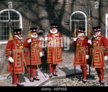 GB - LONDON: Yeoman Warders an der Tower of London - Stockfoto