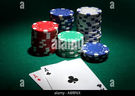 Zwei Asse und Stapel Casinochips im Hintergrund - Stockfoto