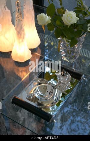 Renoviertes Haus in Camden Town. Stilleben auf Couchtisch aus Glas. Sackte Glas Tischleuchten, 1971. Baccara-Vase. - Stockfoto