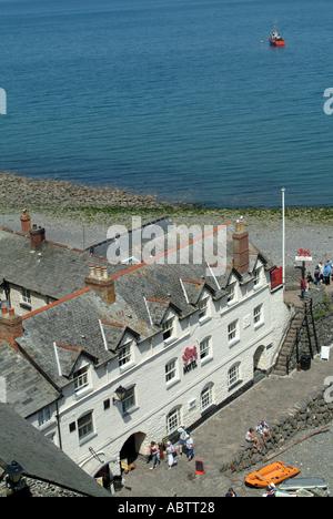 Luftbild von Red Lion Hotel und Kiesstrand im Fischerdorf Clovelly Nord-Devon England Vereinigtes Königreich UK - Stockfoto