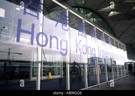 Glänzende neue Hong Kong Flughafen s als Reisende kommen und gehen in terminal sauber glänzenden Umgebung - Stockfoto