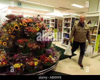 Shopping für Blumen in Marks und Spencer Shop - Stockfoto