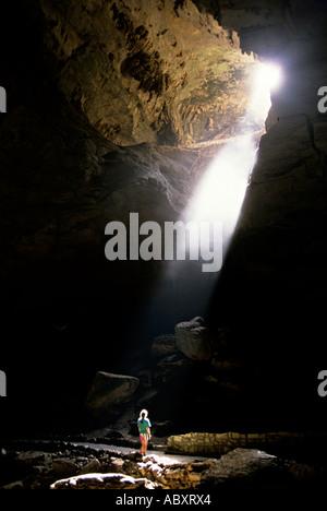 Die Welle des Lichts strahlt auf eine weibliche Touristen auf den Spuren der Haupteingang an der Carlsbad Caverns - Stockfoto