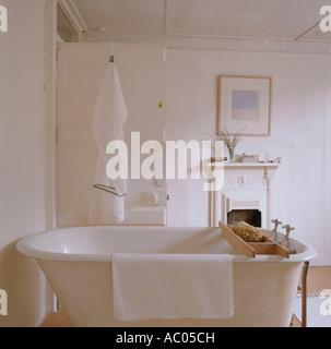 ... Freistehende Badewanne Im Badezimmer Von Restaurierten 18. Jahrhundert  Stadthaus   Stockfoto