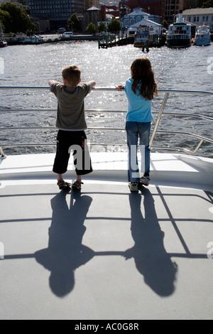 Kinder genießen Sie die Aussicht von der Vorderseite des Kreuzfahrt-Schiff, da es in den Hafen von Hobart zieht - Stockfoto