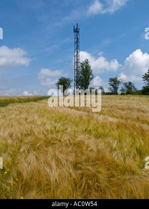 GSM Handy Mobiltelefon Kommunikation Netzwerk Antenne Sendemast auf einem Hügel im ländlichen Frankreich Haute Marne - Stockfoto