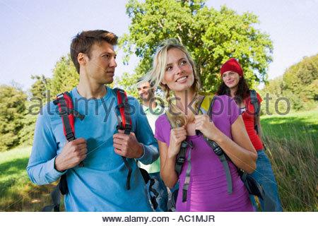 Zwei Paare trekking - Stockfoto