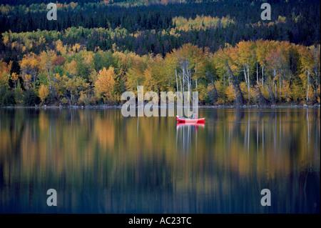 """Sportfischen im """"Cochin-See"""" in der Cariboo Region British Columbia Kanada im Herbst - Stockfoto"""