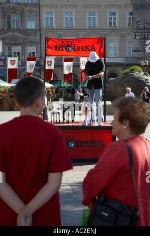 Touristen, die beobachtete Leistung der Straße Marionette Theater Rynek Glowny Stadt quadratisch Krakau - Stockfoto