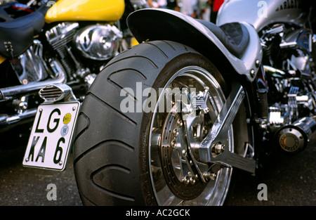 Pirelli Reifen hinten mit Scheibenbremse eines Harley-Davidson Bikes in Hamburg Harley-Days in Deutschland. - Stockfoto