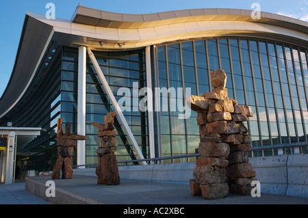 Inukshuks am Pearson Flughafen Toronto - Stockfoto