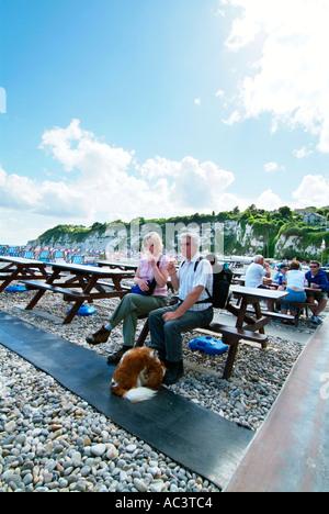 Applying Wandern paar sitzt am Picknicktisch Bier Devon UK GB EU Europa - Stockfoto