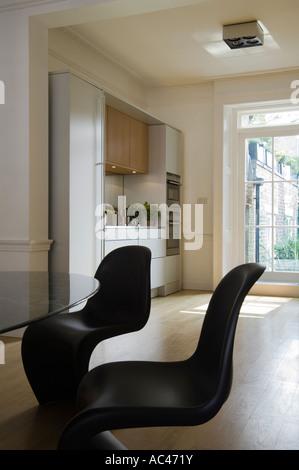 Schwarzen Panton Stühle in moderne offene Küche entworfen von Amodio Pasquale - Stockfoto