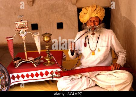 Indien Rajasthan Jodhpur Asien Stadtburg rote Fort Mehrangarh 1459 Maharaja Rao Jodha Rauchen Wasserpfeife Haschisch - Stockfoto