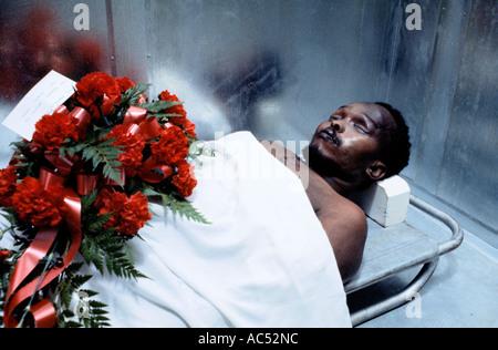 Steve Biko s Körper lag in einem Leichenschauhaus in der Nähe von Grahamstown in Südafrika 1977 - Stockfoto