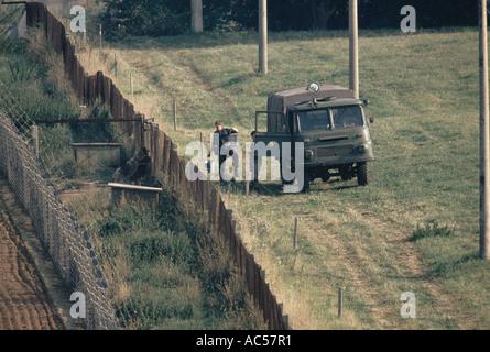 EISERNEN VORHANGS DEUTSCHE OSTGRENZE WACHEN TRANSPORTEURE, DIE ZWISCHEN DOPPELTEN ZAUN 1989 PATROUILLIEREN - Stockfoto
