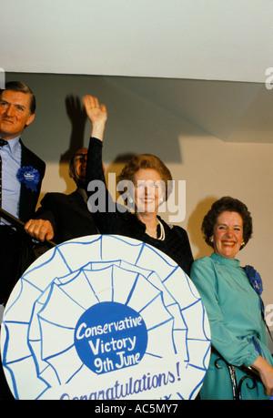 Britische konservative Politikerin Margaret Thatcher nach Sieg in Wahl 1983 winken - Stockfoto