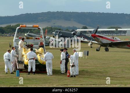 Zwei Spitfires und Corsair FG 1D plus Lister Jaguar gerettet von Marshalls am Goodwood Revival 2003 West Sussex - Stockfoto