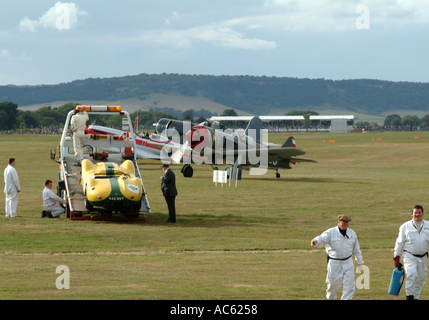 Lister-Jaguar auf Abschleppwagen und Lawotschkin La-9 Corsair mit Spitfire am Goodwood Revival 2003 West Sussex - Stockfoto