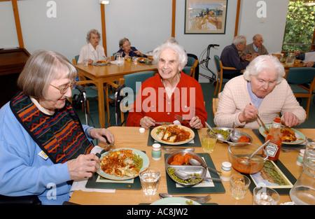 Wohn-Haus OAP Pflegeheim ältere Alter Abendessen Mittagessen essen, Großbritannien UK - Stockfoto