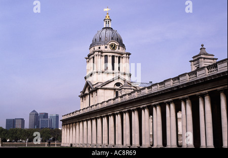 Queen Mary building, The Old Royal Naval College, Greenwich, London - mit Bürotürme der Canary Wharf in Ferne - Stockfoto