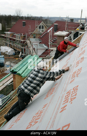 Dachdecker Dämmung das Dach eines Hauses, Essen, North Rhine-Westphalia, Germany - Stockfoto