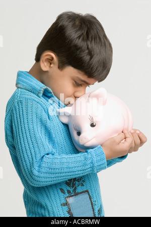 Seitenansicht eines jungen küssen ein Sparschwein - Stockfoto