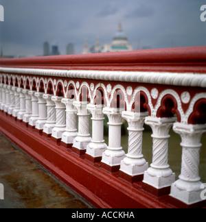 Blackfriars Bridge close-up Detail frisch Rote und Weiße dekorative Geländer in London SE1 England UK KATHY DEWITT - Stockfoto