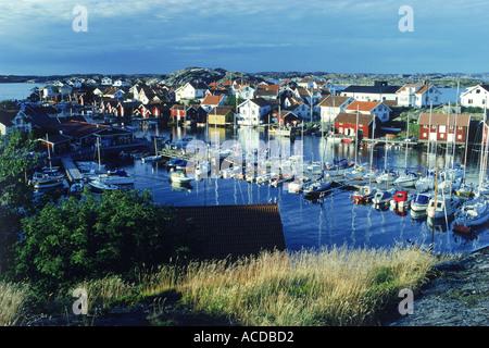 Kleiner Hafen mit Booten, Yachten und bunte Häuser auf der Insel von Gullholmen in Bohuslän an der Westküste von - Stockfoto